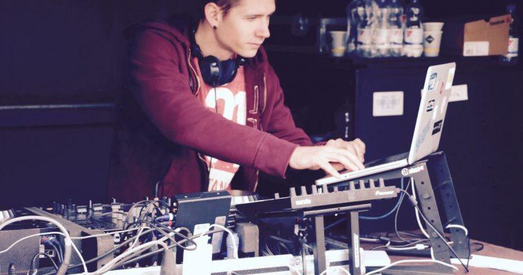 La table de mixage analogique pour un DJ.